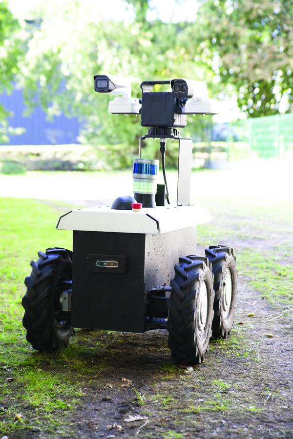 Shadow Runner RR100 mobile robot: designed by Génération Robots